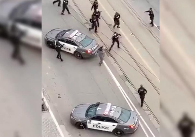 VIDEO. Policía de Toronto detiene a hombre que portaba un cuchillo